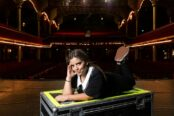 Inès Reg, l'humoriste qui met des paillettes dans le stand-up